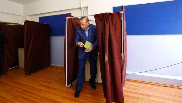 Erdogan in un seggio elettorale - Sputnik Italia