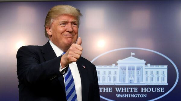 U.S. President Donald Trump gives a thumbs up as he hosts a CEO town hall on the American business climate at the Eisenhower Executive Office Building in Washington, U.S., April 4, 2017 - Sputnik Italia