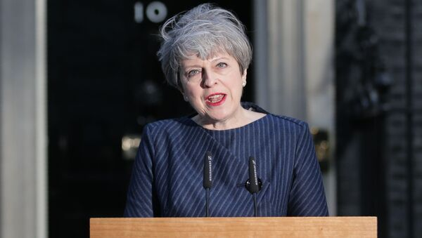 British Prime Minister Theresa May speaks to the media outside 10 Downing Street in central London on April 18, 2017. - Sputnik Italia