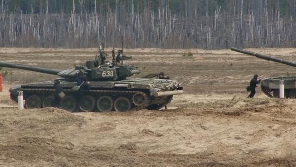 Prove di attacco per i carri armati T-72B3 - Sputnik Italia