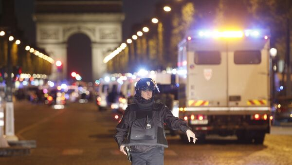 Un poliziotto sugli Champs Elysees - Sputnik Italia