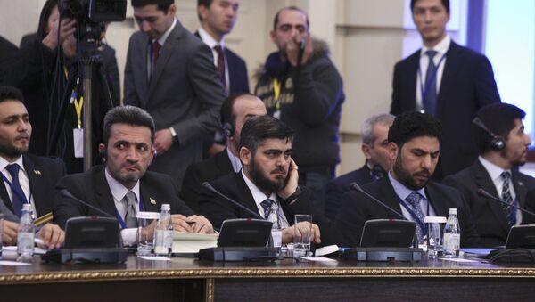 Mohammad Alloush (C), the head of the Syrian opposition delegation, attends Syria peace talks in Astana, Kazakhstan January 23, 2017. - Sputnik Italia