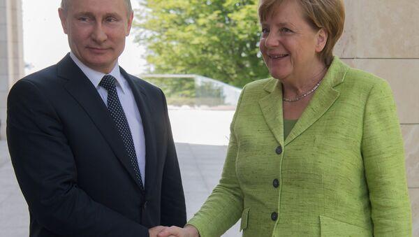 La cancelliera tedesca Angela Merkel incontra il presidente della Federazione Russa Vladimir Putin a Sochi il 2 maggio - Sputnik Italia