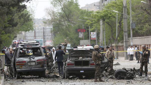 Forze di sicurezza ispettano il sito dell'attentato suicida a Kabul, Afghanistan. - Sputnik Italia