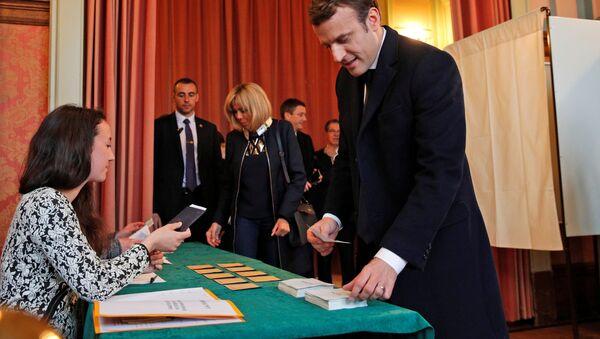 Кандидат в президенты Франции Эммануэль Макрон во время второго тура президентских выборов во Франции - Sputnik Italia