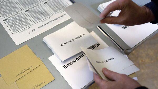 Избирательные бюллетени на избирательном участке в Париже во время второго тура президентских выборов во Франции. - Sputnik Italia