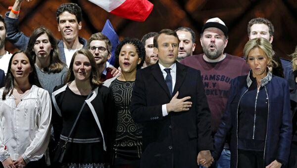 Il presidente eletto francese Emmanuel Macron e sua moglie Brigitte Trogneux celebrano la vittoria alla spinata del Louvre. - Sputnik Italia