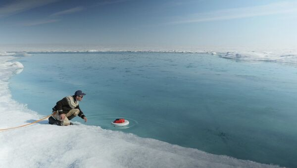 Laurence C. Smith, Chair of Geography at University of California, Los Angeles, deployed an autonomous drifter in a meltwater river on the surface of the Greenland ice sheet on July 19, 2015. - Sputnik Italia