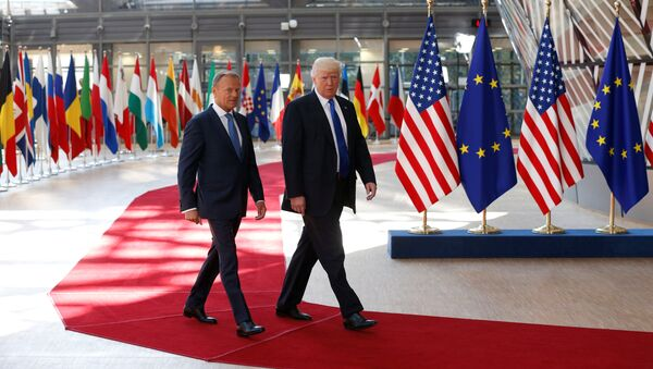 U.S. President Donald Trump (R) walks with the President of the European Council Donald Tusk in Brussels, Belgium, May 25, 2017. - Sputnik Italia