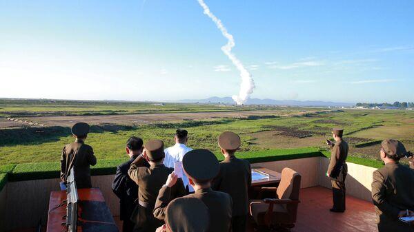 Il leader della Corea del Nord durante un lancio missile - Sputnik Italia