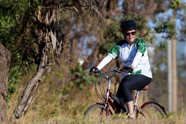 L'ex presidente brasiliano Dilma Rousseff va in bicicleta. - Sputnik Italia