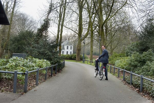 Il premier olandese Mark Rutte va in bicicletta. - Sputnik Italia