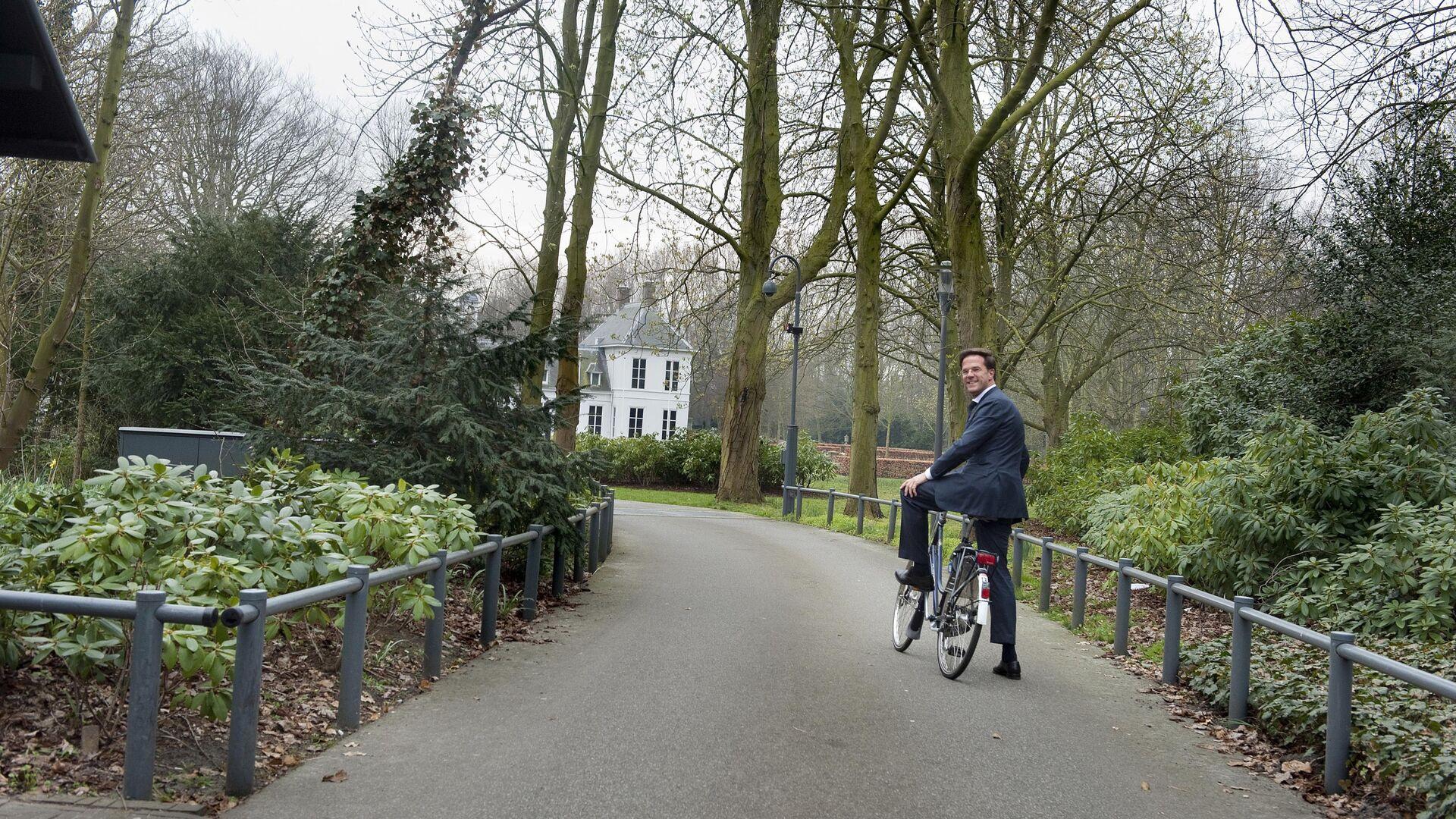 Премьер-министр Нидерландов Марк Рютте едет на велосипеде в Катсхейсе - Sputnik Italia, 1920, 29.09.2021