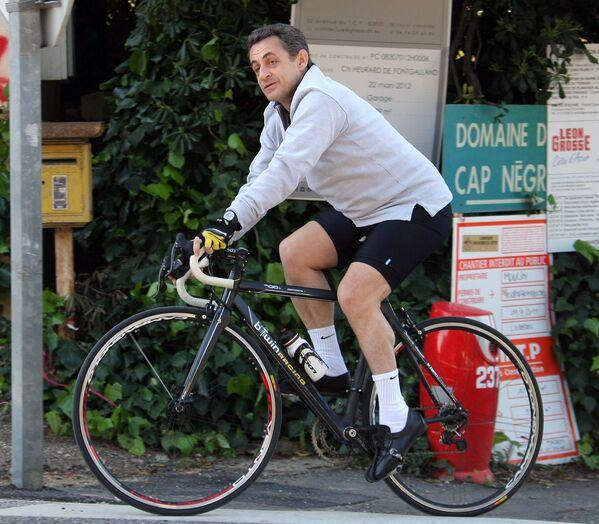 L'ex presidente francese Nicolas Sarkozy va in bicicletta durante le sue vacanze a Cavaliere. - Sputnik Italia