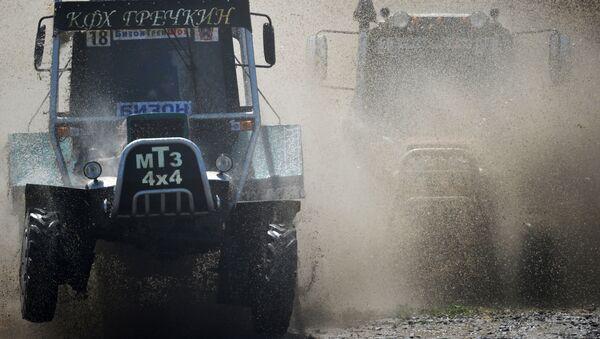 I partecipanti della gara durante la corsa dei trattori il Bizon-Track-Show nella regione di Rostov. - Sputnik Italia