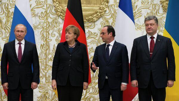 Vladimir Putin, Angela Merkel, Francois Hollande, Petr Poroshenko durante negoziati a Minsk - Sputnik Italia