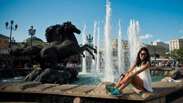 Tourists pose for photos at the Four Seasons fountain on Manezh Square - Sputnik Italia