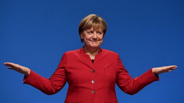 German Chancellor Angela Merkel gestures after addressing delegates during her conservative Christian Democratic Union (CDU) party's congress in Essen, western Germany, on December 6, 2016. - Sputnik Italia