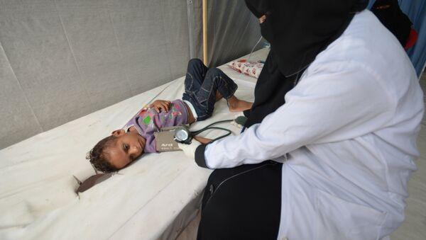 Infermiera assiste bambina affetta da colera nello Yemen - Sputnik Italia