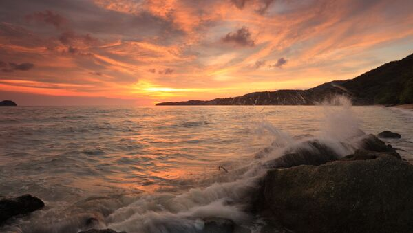 Image of of crashing waves over the sunset in the Indian Ocean beach near Malaysia - Sputnik Italia
