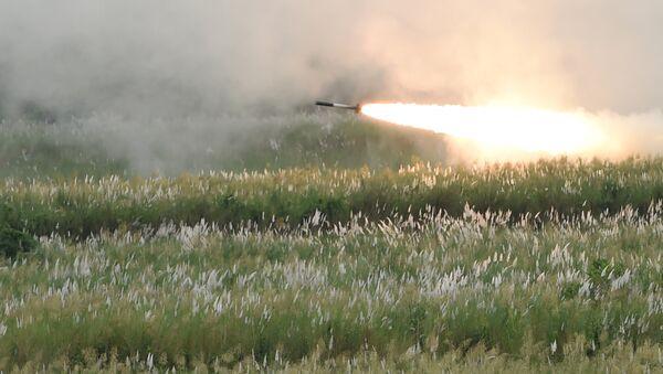 Un missile lanciato da un lanciarazzi multiplo M142 HIMARS - Sputnik Italia