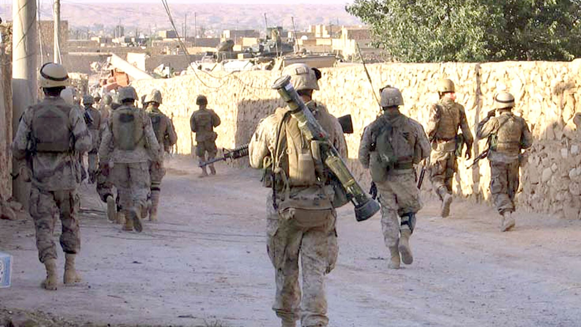 A picture released by the US Marines shows Marines from 3rd Battalion, 2nd Marine Regiment (3/2) and Iraqi Special Forces patrolling a street in the city of Karabilah, near Iraq's northwestern border with Syria (file) - Sputnik Italia, 1920, 29.03.2021