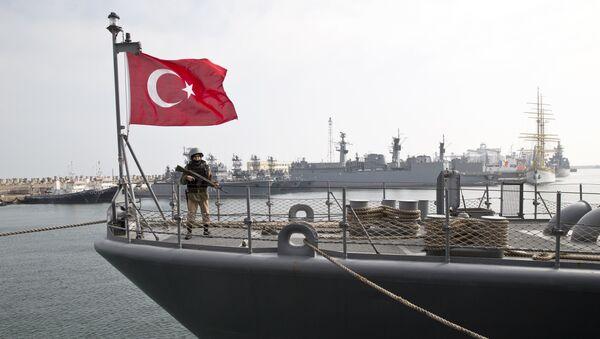 A Turkish marine serviceman stands on the deck of a Turkish navy TCG Turgutreis vessel - Sputnik Italia