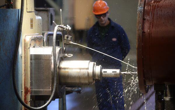 La catena di montaggio dell'escavatore EKG-18 nello stabilmento UralMashZavod di Ekaterinburg - Sputnik Italia