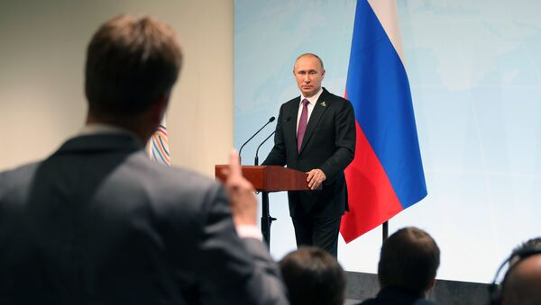 Russian President Vladimir Putin answers journalists' questions during a news conference summing up the results of the G20 summit in Hamburg - Sputnik Italia