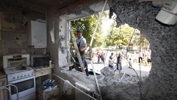 Palazzo residenziale danneggiato da un missile, Donbass - Sputnik Italia