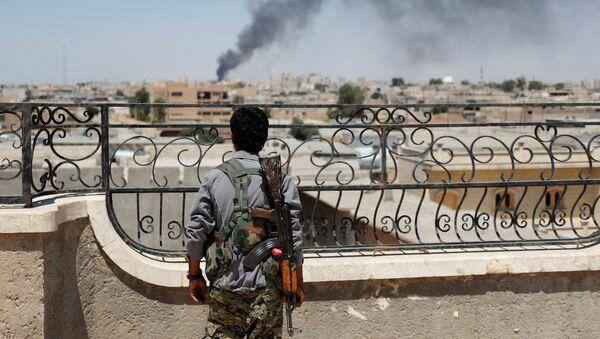 Combattente curdo a Raqqa - Sputnik Italia
