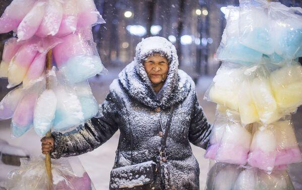 Tabyldy Kadyrbekov La venditrice di zucchero filato - Sputnik Italia
