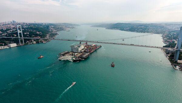 Una nave in transito nel Bosforo per la costruzione del gasdotto TurkStream - Sputnik Italia