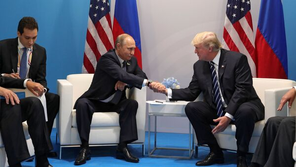 Russian President Vladimir Putin and President of the USA Donald Trump, right, talk during their meeting on the sidelines of the G20 summit in Hamburg - Sputnik Italia