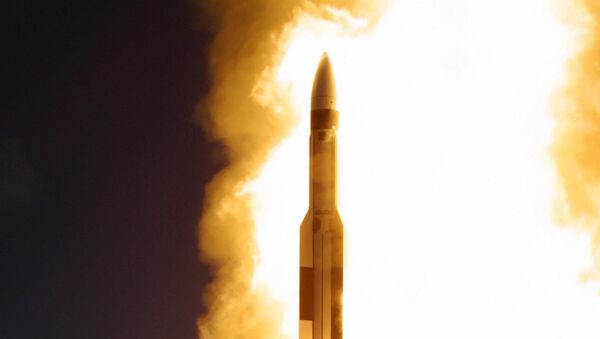 An interceptor missile is fired from the US Navy Aegis cruiser USS Lake Erie, some 200 miles out at sea from Kauai, Hawaii - Sputnik Italia