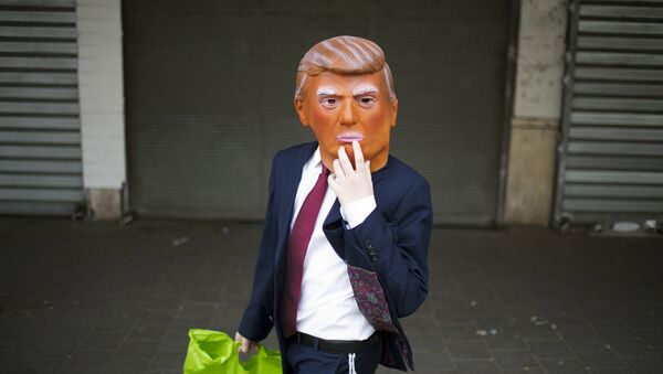 Uomo con una maschera di Trump - Sputnik Italia