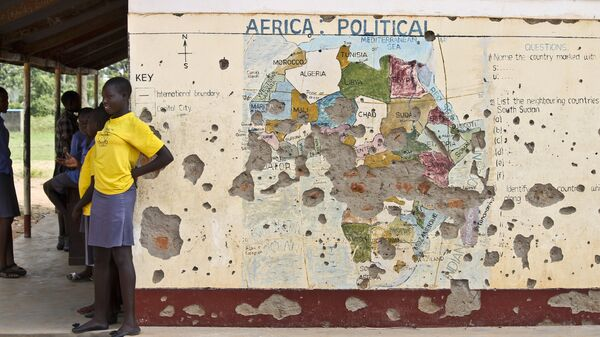 Students line up outside a classroom with a map of Africa on its wall, in Yei, in southern South Sudan (File) - Sputnik Italia