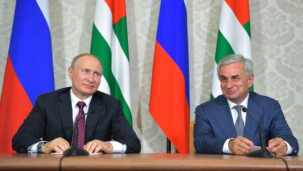 Vladimir Putin con il suo omologo abkhaziano - Sputnik Italia