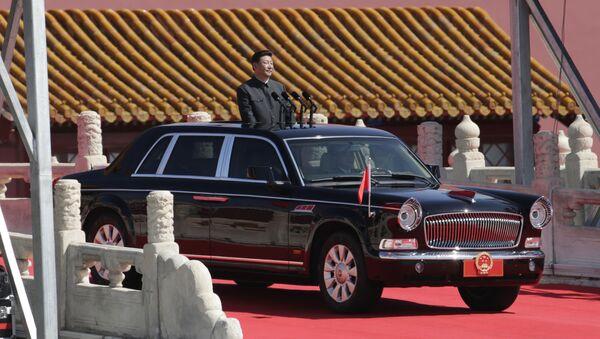 Il Presidente della Repubblica popolare cinese Xi Jinping nella sua automobile durante una parata a Pechino  - Sputnik Italia