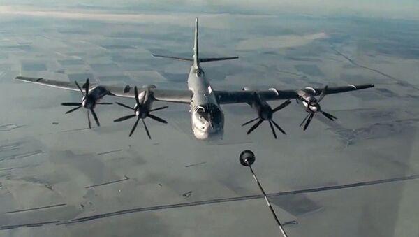 Стратегический бомбардировщик-ракетоносец Ту-95МС ВКС РФ во время полета для нанесения авиаудара крылатыми ракетами по объектам ИГ в Сирии - Sputnik Italia