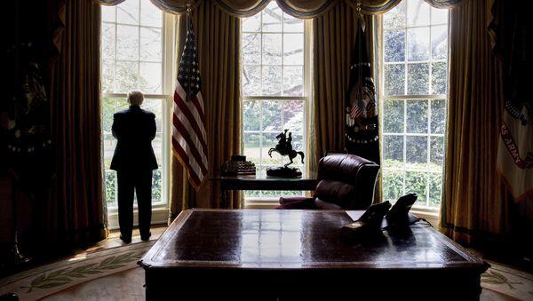 Donald Trump nello Studio Ovale - Sputnik Italia
