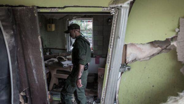 Miliziano DNR in casa distrutta nel Donbass - Sputnik Italia