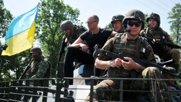 Il premier ucraino Arsenij Yatsenyuk con i militari  americani durante le esercitazioni congiunte Fearless Guardian - 2015 in Ucraina - Sputnik Italia