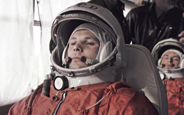 Jurij Gagarin (in primo piano) e il cosmonauta di riserva German Titov in viaggio verso il Centro spaziale di Baikonur. - Sputnik Italia