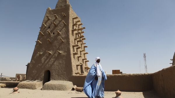 A man stands in front of the Djingareyber mosque on February 4, 2016 in Timbuktu, central Mali. - Sputnik Italia