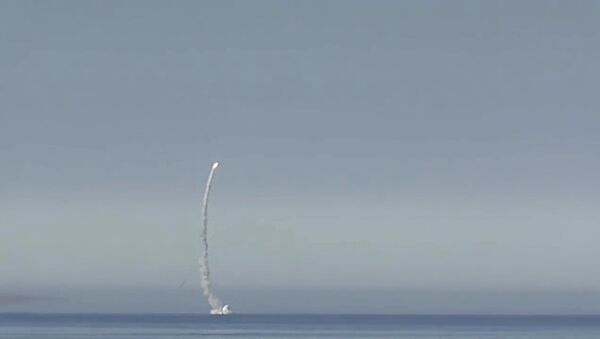 Missile Kalibr lanciato da sottomarino in immersione. - Sputnik Italia