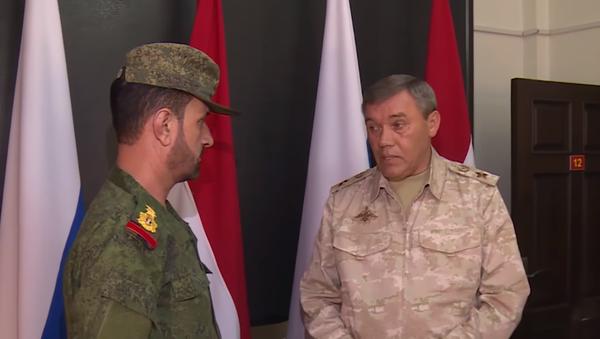 Il capo di stato maggiore delle forze armate, Valery Gerasimov, ha premiato un generale siriano del servizio di sicurezza federale per l'operazione di attacco posteriore contro l'IS nella zona di Deir-ez-Zor. - Sputnik Italia