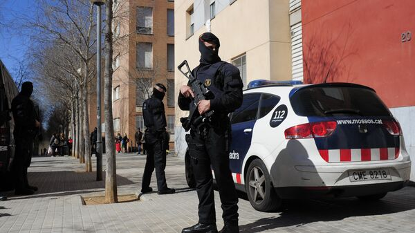 Mossos d'Esquadra regional police officers stand guard during a raid in one of the region's biggest operations against jihad activity in Sabadell, near Barcelona, Spain, Wednesday, April 8, 2015 - Sputnik Italia