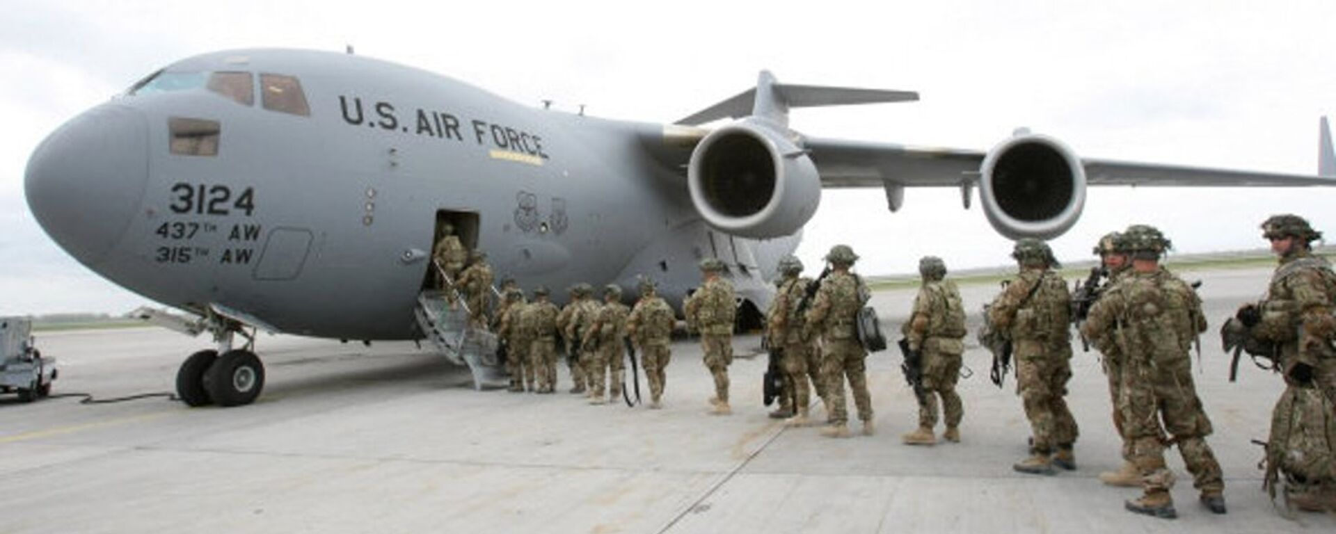 American servicemen prepare to board a military aircraft bound for Afghanistan in Manas airport in Kyrgyzstan in 2011. - Sputnik Italia, 1920, 19.08.2021