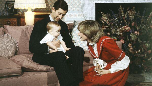 Принц Чарльз и принцесса Диана с сыном Уильямом, 1982 год - Sputnik Italia